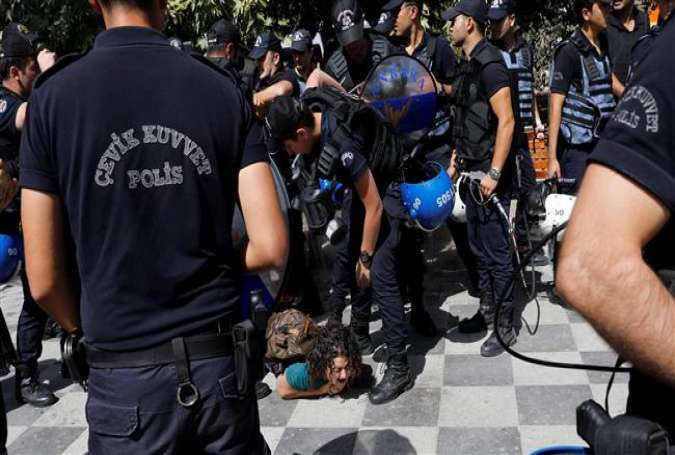 Turkish riot police detain protesters in Ankara on September 14, 2017 during the trial of two Turkish teachers, who went on a hunger strike over their dismissal following last year