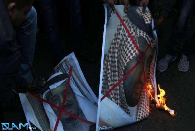 Palestinians Burn Pictures of Saudi King, Crown Price over Al-Quds Move