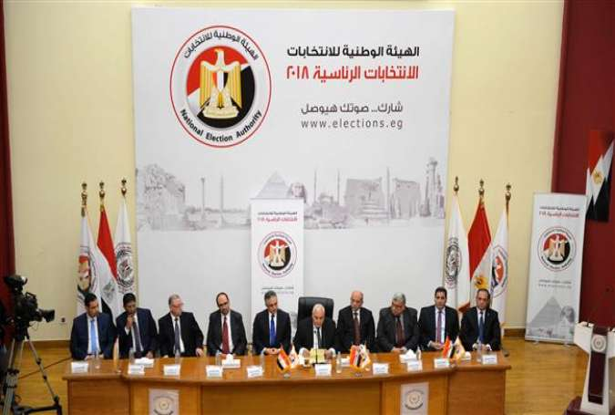 National Elections Authority chief Lasheen Ibrahim (C) sits among members of the Election Authority as he speaks during a press conference in Cairo on January 8, 2018. (Photo by AFP)