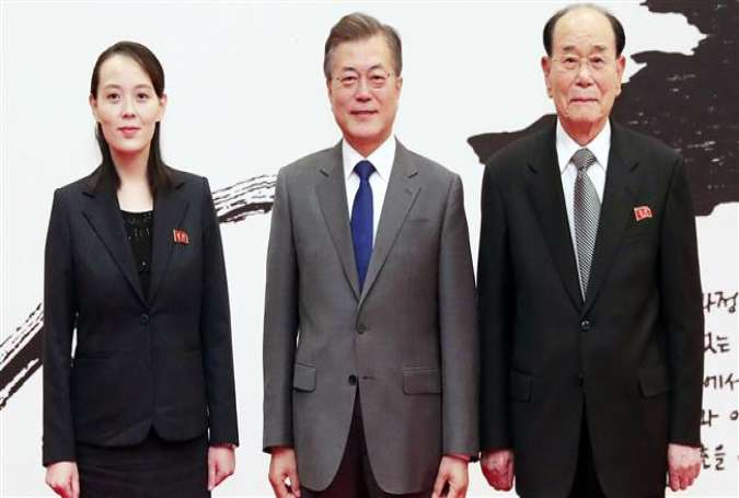 South Korea's President Moon Jae-in (C) poses with North Korean leader Kim Jong-un's sister Kim Yo-jong (L) and North Korea's ceremonial head of state, Kim Yong-nam (R), before their meeting at the presidential Blue House in Seoul on February 10, 2018. (Photo by AFP)