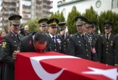 Soldiers mourn over the coffin of a young fellow killed in Syria's Afrin during a funeral ceremony in Izmir Turkey, March 2, 2018. (Photo by AP)
