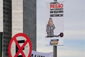 A banner demanding imprisonment of former Brazilian President Luiz Inacio Lula da Silva, condemned in second-instance on corruption charges is pictured, in Brasilia on April 04, 2018. (Photo by AFP)