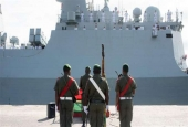 A Vanuatu Mobile Force honor guard stands in front of a People's Liberation Army of China navy frigate on a four-day friendly visit to Vanuatu. (File photo)