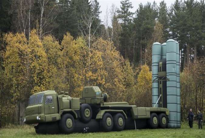 The photo shows an inflatable full size model of S-300 missile system in the Russian town of Khotkovo, about 60 kilometers northeast Moscow on October 14, 2016. (AP photo)