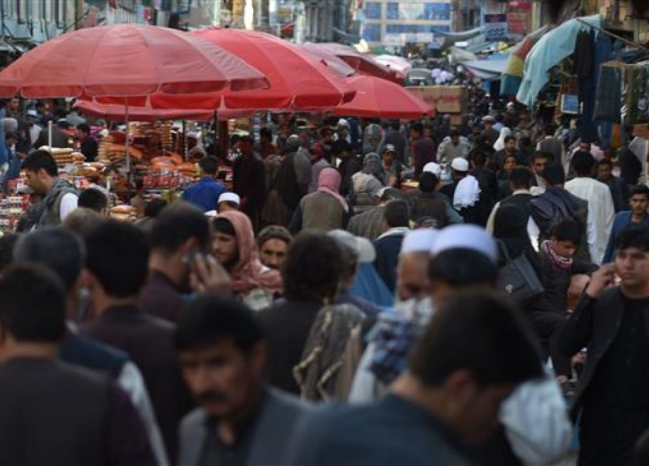 Afghan people are pictured in a crowded market in Kabul on May 16, 2018. (Photo by AFP)