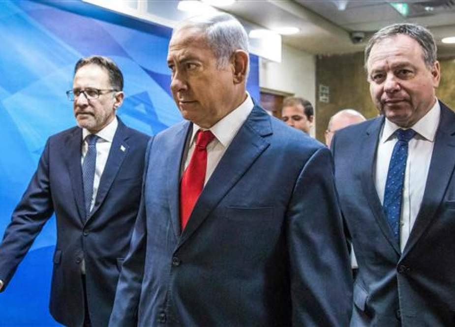 Israeli Prime Minister Benjamin Netanyahu (C) arrives ahead of the weekly cabinet meeting at his office in Jerusalem al-Quds on August 12, 2018, accompanied by Cabinet Secretary Tzachi Braverman (L). (Photo by AFP)