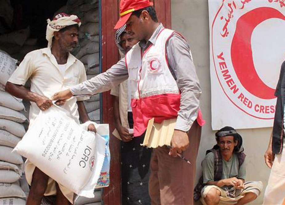 Displaced Yemenis from Hiran, in the border area with Saudi Arabia, receive food aid from Yemen Red Crescent in the northern district of Abs in Hajjah province on September 1, 2018. (Photo by AFP)