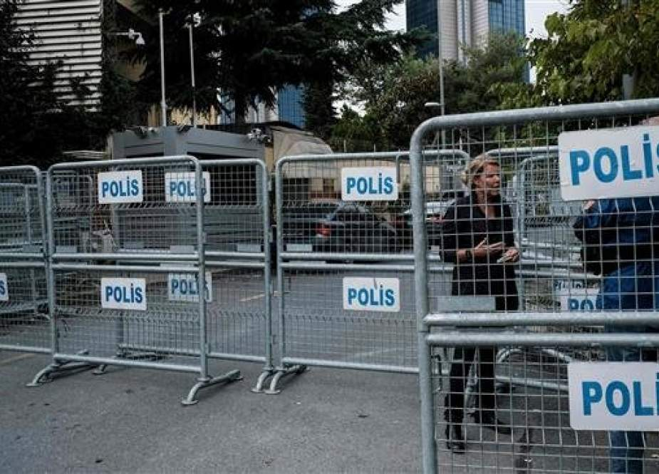A journalist stands next to police barriers, in front of the Saudi consulate in Istanbul, on October 20, 2018. (Photo by AFP)