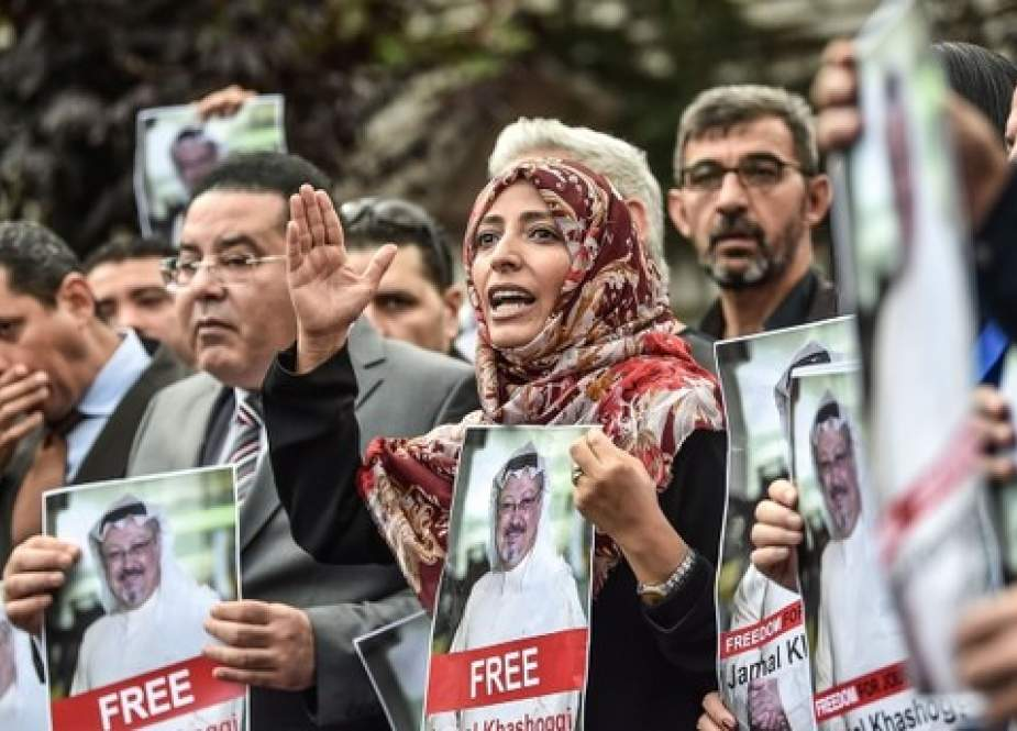 Yemeni Nobel Peace Prize laureate Tawakkol Karman (R), flanked by Egyptian opposition politician Ayman Nour (L), holds pictures of missing journalist Jamal Khashoggi during a demonstration in front of the Saudi Arabian consulate on October 8, 2018 in Istanbul. (Photo by AFP)