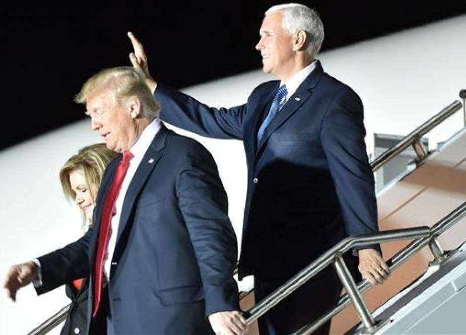 "US President Donald Trump and Vice President Mike Pence step off Air Force One upon arrival at Chattanooga Metropolitan Airport ahead of a ""Make America Great Again"" campaign rally on November 4, 2018 in Chattanooga, Tennessee. (AFP photo)"