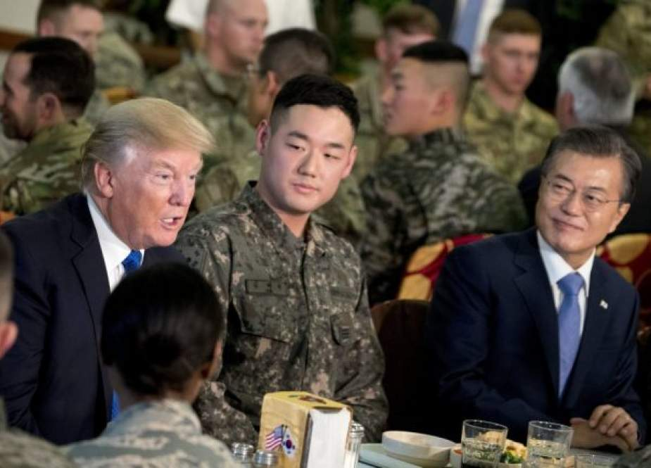 US President Donald Trump (L) and South Korean President Moon Jae-in (R) have lunch with American and South Korean troops at Camp Humphreys in Pyeongtaek, South Korea, November 7, 2017. (Photo by AP)