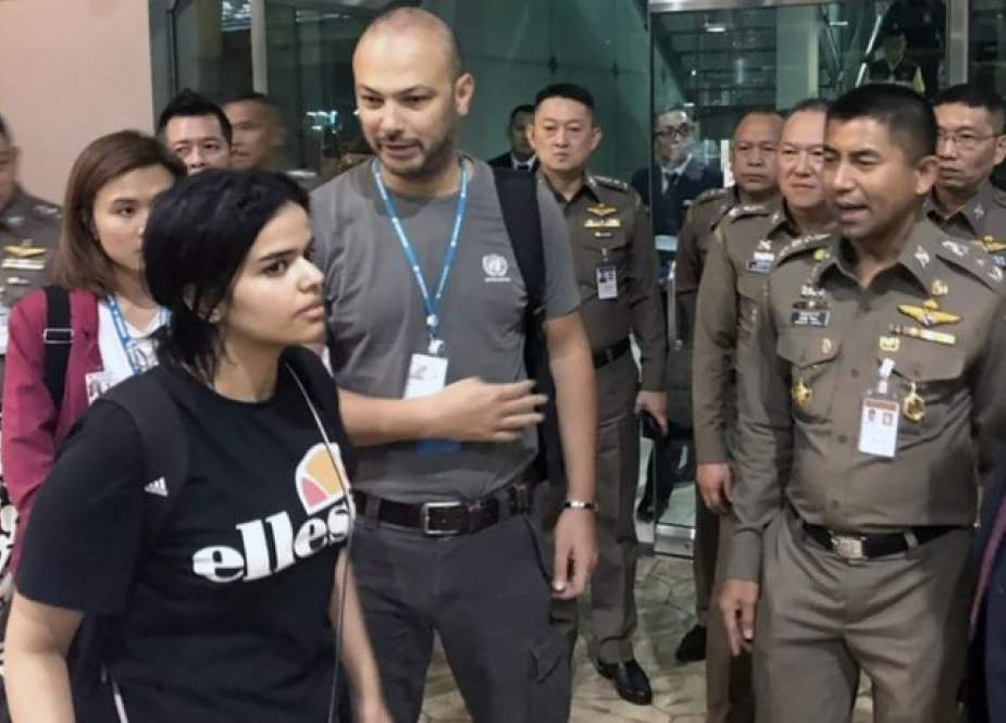 Rahaf Mohammed al-Qunun (L) leaves the Suvarnabhumi Airport, in Bangkok, Thailand, on January 7, 2019. (Photo by AP)