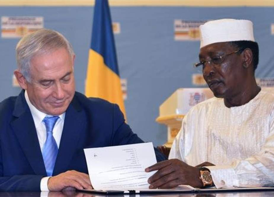 Chadian President Idriss Deby Itno (R) and Israeli Prime Minister Benjamin Netanyahu sign documents after their meeting at the presidential palace in N'Djamena on January 20, 2019. (Photo by AFP)