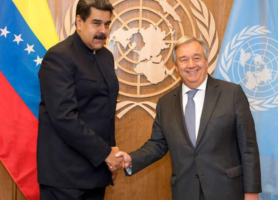 This file photo shows UN Secretary-General Antonio Guterres (R) and Venezuela's President Nicolas Maduro shaking hands during their meeting at the UN headquarters in New York, the US, on September 27, 2018. (By Reuters)