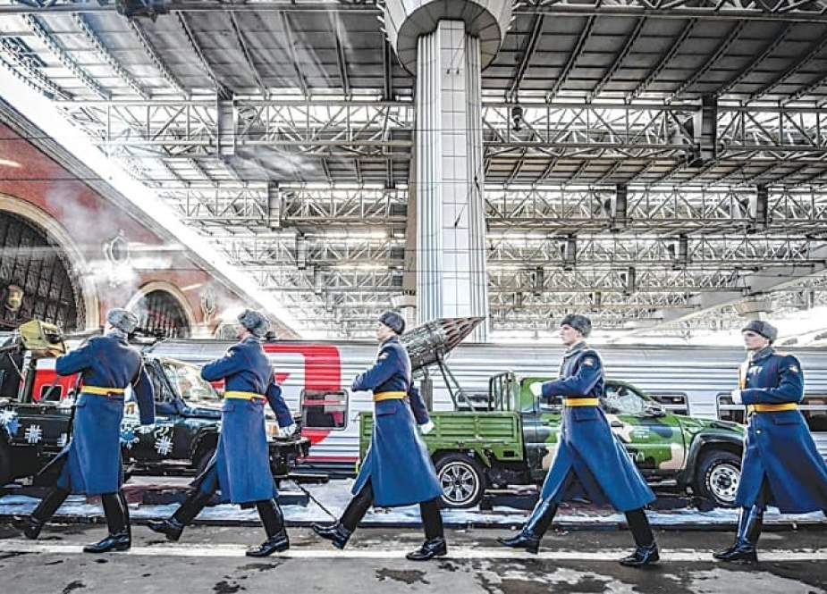 "Russian honor guard soldiers march next to the train with ""Syrian turning point"" exhibition pieces organized by Russian Defense Ministry, as it waits to depart from Kazansky railway station in Moscow on February 23, 2019. (Photo by AFP)"