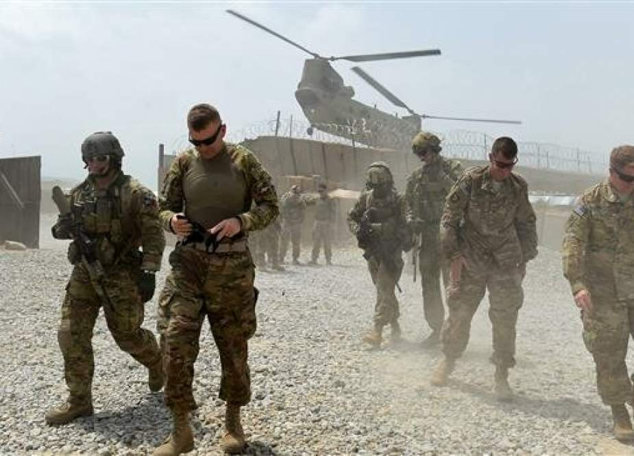 US army soldiers walk as a NATO helicopter flies overhead at coalition force Forward Operating Base (FOB) Connelly in the Khogyani district in the eastern province of Nangarhar, Afghanistan, August 12, 2015. (Photo by AFP)