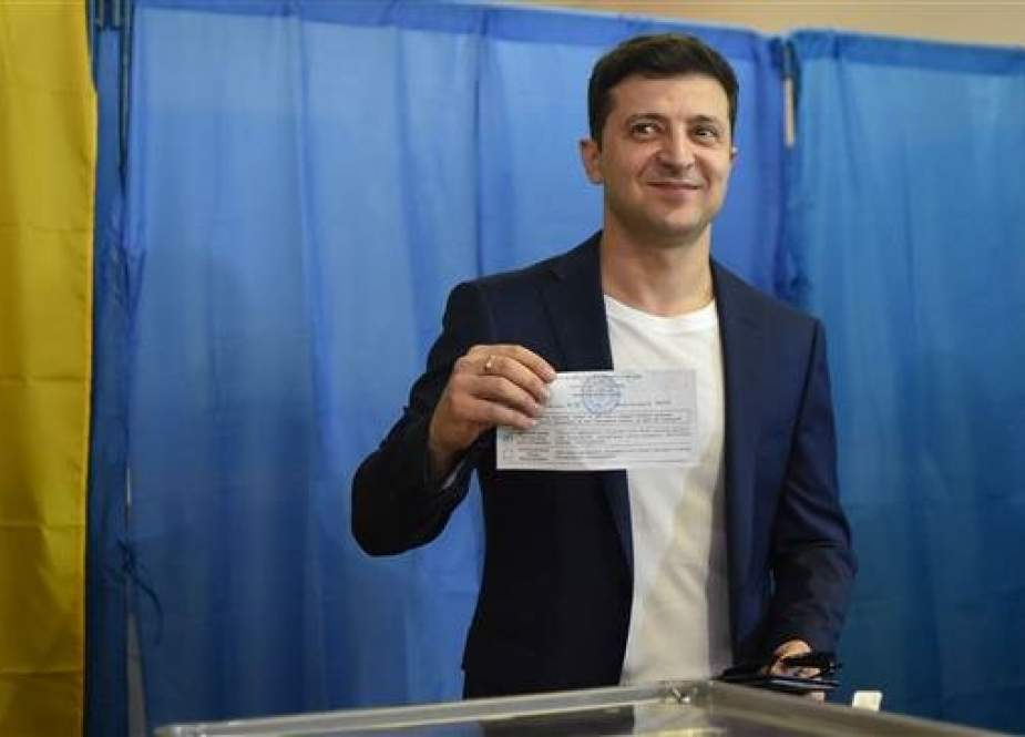 Ukrainian comedian and presidential candidate Volodymyr Zelensky shows his ballot to the media at a polling station during the second round of Ukraine