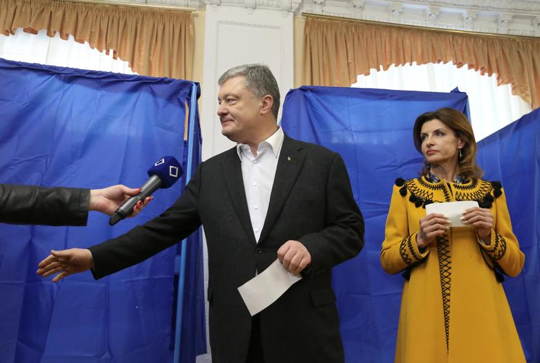 Ukraine's incumbent President Petro Poroshenko and his wife Maryna visit a polling station during the second round of the presidential election in Kiev