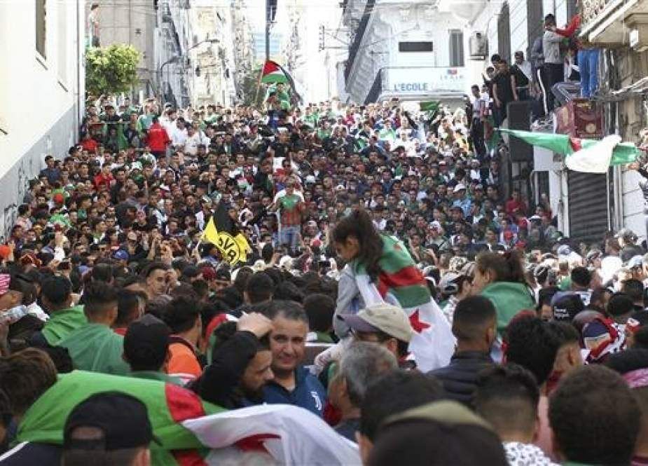 Algerians keep up pressure on ruling elite, reject army rule