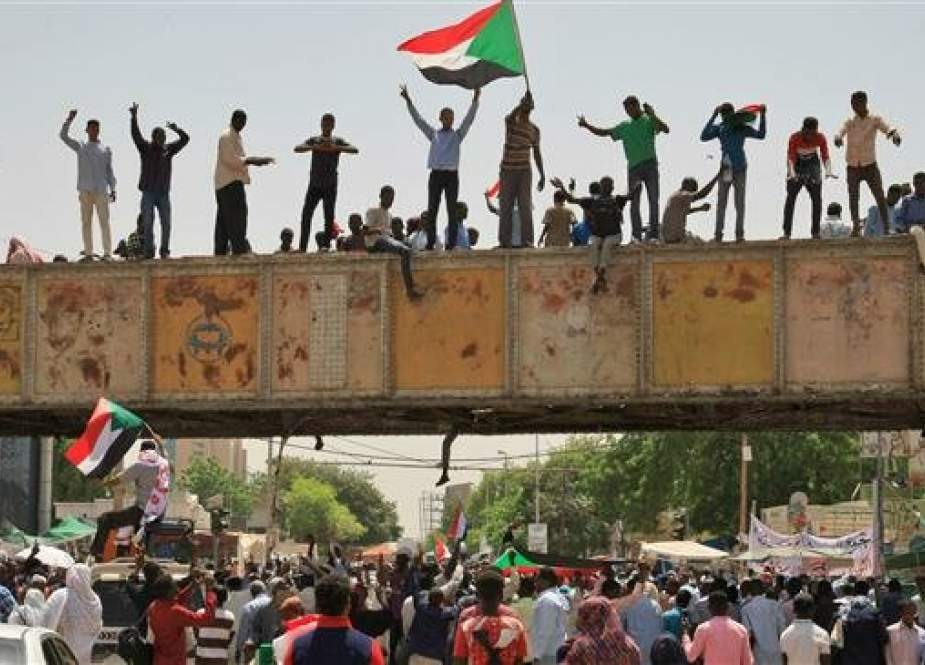 Sudanese protesters waving a national flag take part in a sit-in outside the army headquarters in Khartoum on May 5, 2019. (Photo by AFP)