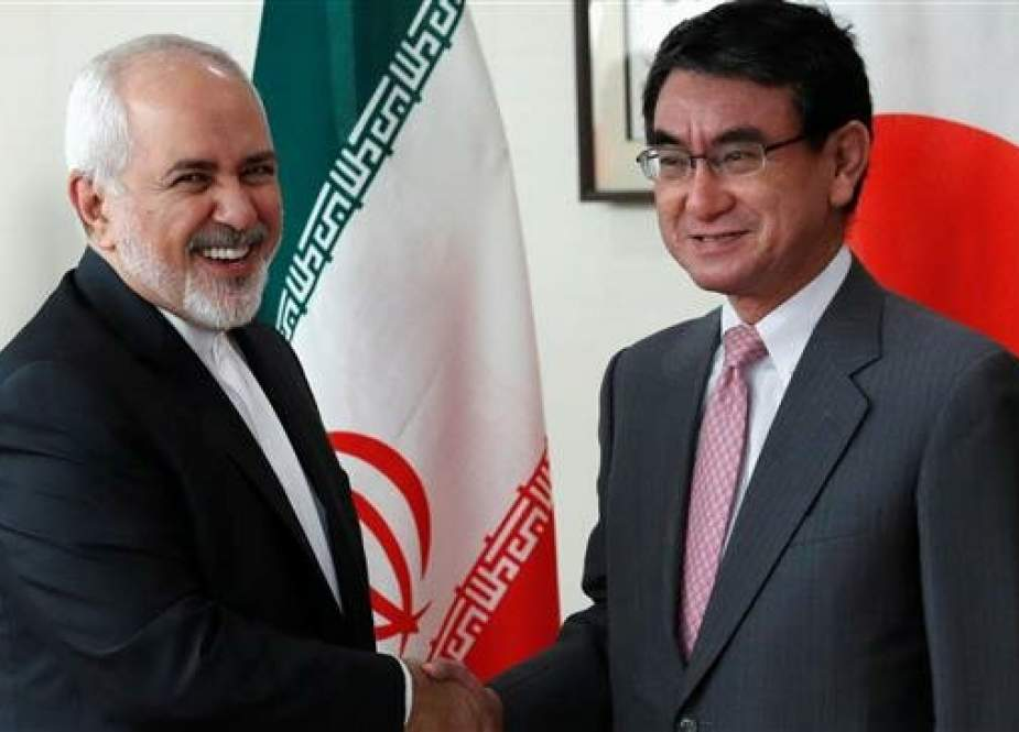 Iranian Foreign Minister Mohammad Javad Zarif (L) shakes hands with his Japanese counterpart, Taro Kono, (R) in Tokyo, Japan, May 16, 2019. (Photo by Reuters)