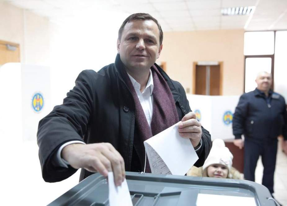 Opposition leader Andrei Nastase casts his vote at a polling station in Chisinau on February 24, 2019, as Moldovans are called to the polls to elect new parliament members. (Photo by AFP)
