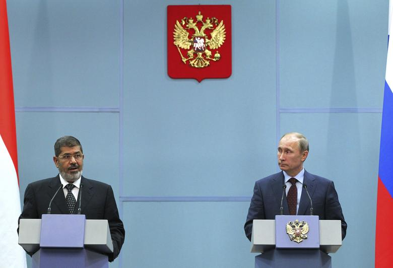 Russian President Vladimir Putin and his Egyptian counterpart Mohamed Mursi attend a news conference after talks in Sochi, April 19, 2013