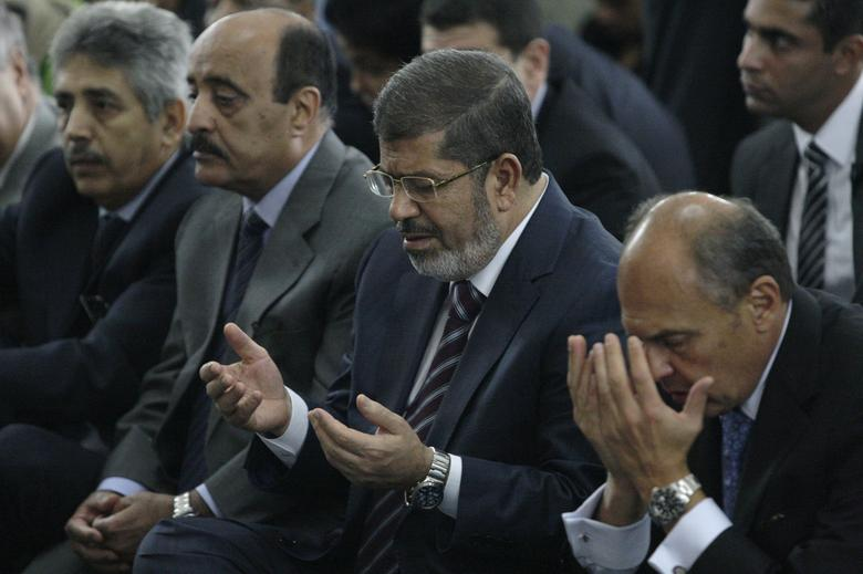 Egypt's President Mohamed Mursi (2nd R) prays during Friday prayers at Rome's main mosque September 14, 2012