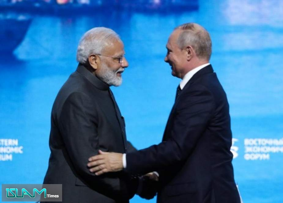 Indian Prime Minister Narendra Modi (L) shakes hands with Russian President Vladimir Putin