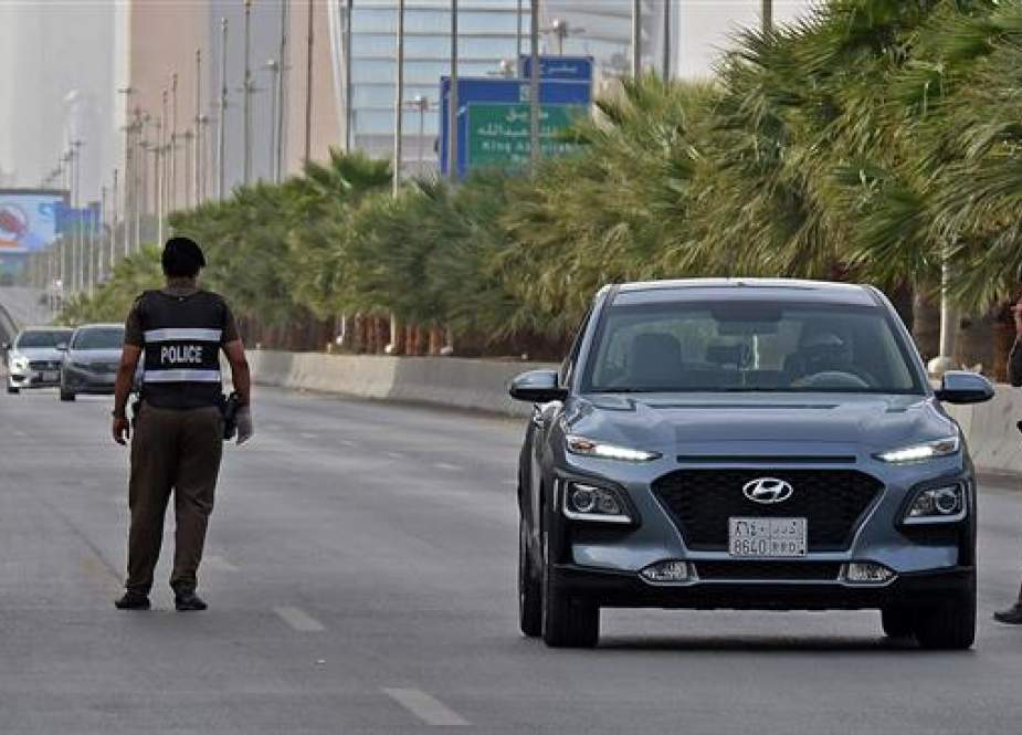 Saudi policemen manning a checkpoint in the King Fahad main street in the capital, Riyadh, Saudi Arabia.jpg