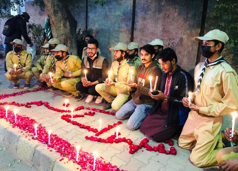 یک پیشاهنگی به پاس شهدای کاشمر تحت حمایت لشکر دانش آموزان امام مولطان سلام می کند و شمع ها روشن می شود.