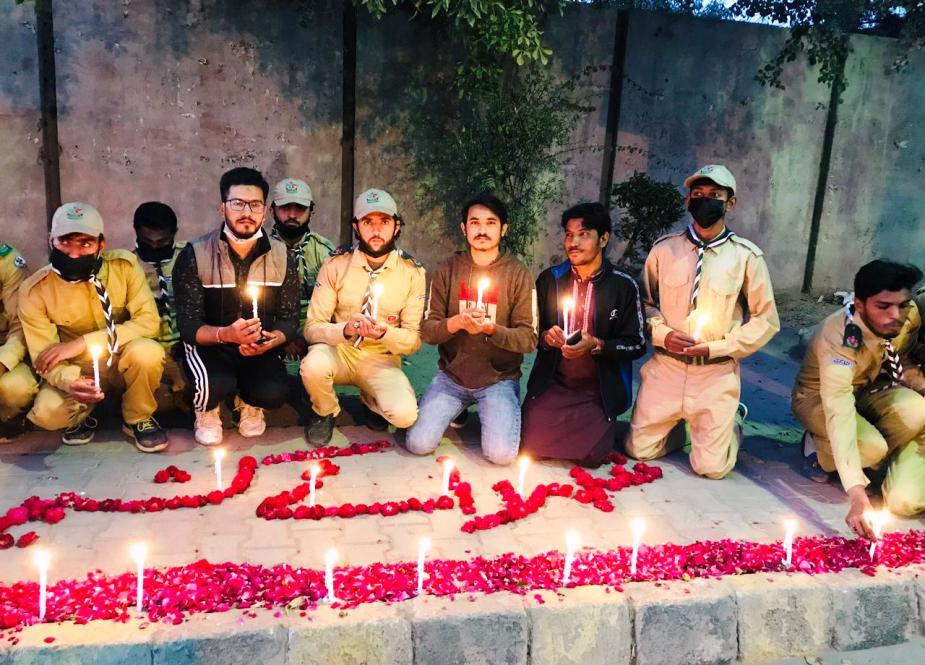 پیشاهنگان زیر نظر سازمان دانشجویان لشکر امام ملطان از شهدای کاشمر استقبال می کنند و شمع ها روشن می شود.